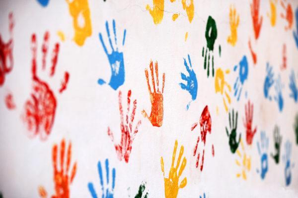 Ideas para decorar una pared infantil el color estampados de manos y pies