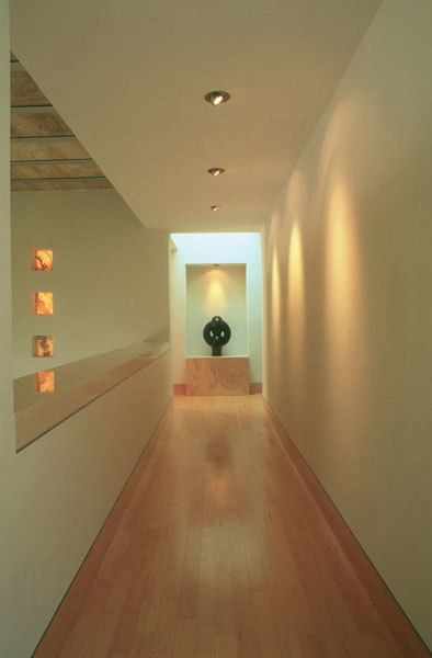 C mo decorar pasillos largos y estrechos ideas y consejos for Espejo largo pared