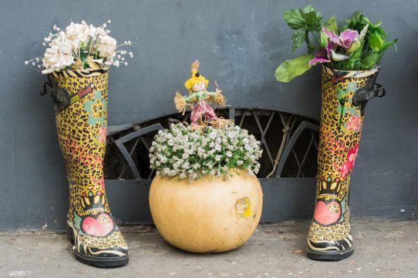 mejores-diy-para-decorar-el-jardin-paraguas-calzado-flores-istock