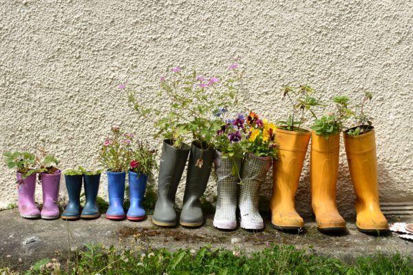 mejores-diy-para-decorar-el-jardin-paraguas-maceta-botas-istock