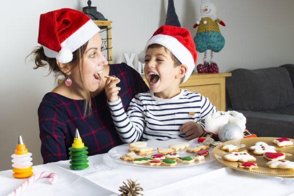 Hacer recetas de Navidad con niños