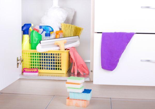 como-organizar-el-armario-debajo-del-fregadero-productos-guantes-istock